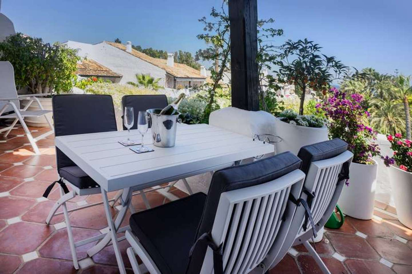 Delightful 2-bedroom penthouse in Puente Romano for rent.