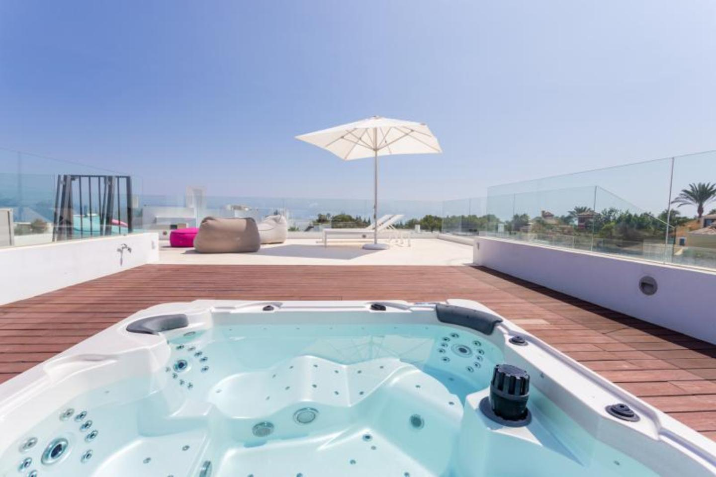 An outstanding private villa in the Altos Puente Romano